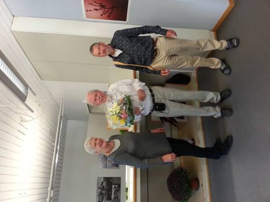 Peter Munz mit Blumenstrauss, der ihm von Elisabeth Brönnimann und Konrad Zehnder überreicht wurde.