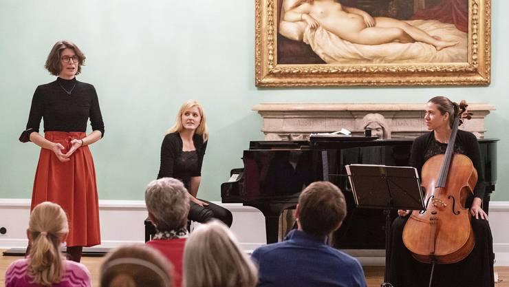 Kathrin Schmidlin (Piano) und Anna Fortova (Cello) führten das Werk der Ennetbadenerin Stephanie Haensler (stehend) auf.