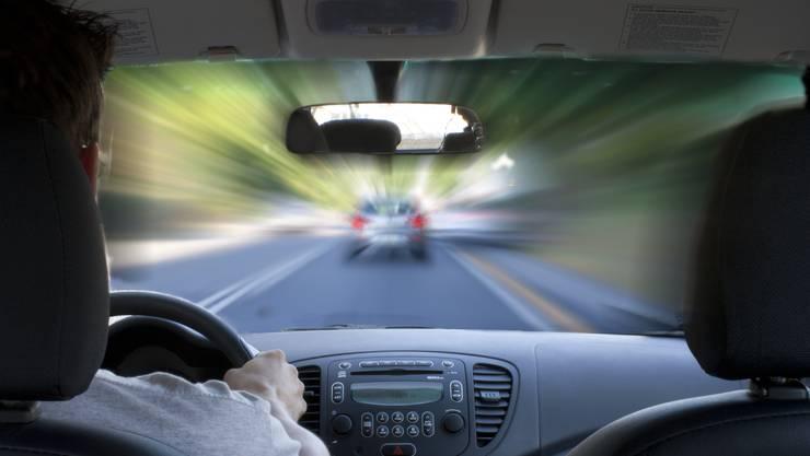 Der Temposünder meinte auch der Vordermann sei zu schnell gefahren. (Symbolbild)