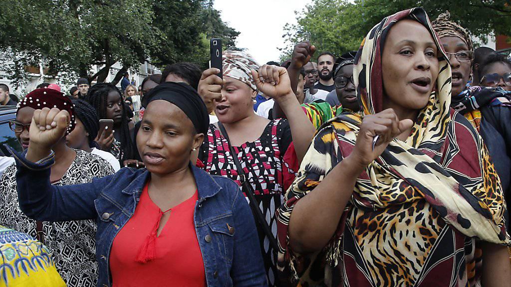 Sie zeigen die Faust: Rund tausend Frauen und Männer protestieren am Donnerstag in Nantes (F) gegen Polizeigewalt.