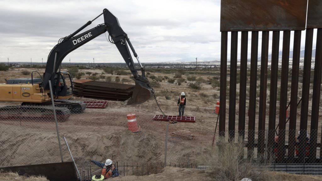 Höheres Tor an der Grenze zu Mexiko: Die USA wollen Entwürfe für die geplante Mauer anfordern. (Archivbild)