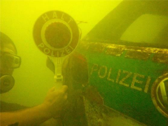 Halt, Polizei: Michael Tschannen fand den Streifenwagen, der den deutschen Polizisten vor zwei Jahren in den Rhein rollte. Er liegt in 9,20 Meter Tiefe auf Grund.