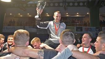 Der scheidende Trainer der Ringerstaffel Freiamt, Adi Bucher (Mitte), lässt sich nach dem Gewinn der dritten Bronzemedaille in Serie von der Mannschaft feiern.
