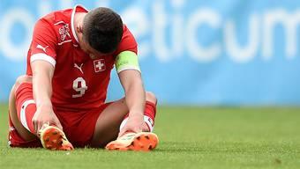 Enttäuscht sitzt der Schweizer U19-Nationalspieler Shani Tarashaj nach der Niederlage gegen Georgien am Boden.
