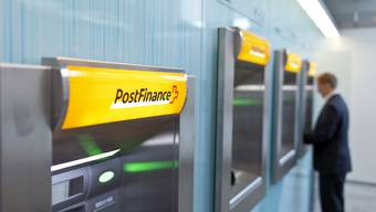 Unmittelbar vor dem Diebstahl hatte das Opfer an einem Geldautomaten Bargeld in der Höhe von mehreren Hundert Franken bezogen.