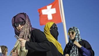 Touristinnen mit Kopftuch auf dem Jungfraujoch