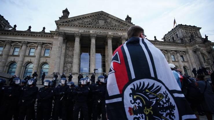 Die Reichskriegsflagge an der Demonstration in Berlin.