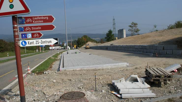 Parkplatzbau: Unterhalb von Eiken entsteht derzeit in Autobahnnähe eine so genannte Park+Pool-Anlage, um die Bildung von Fahrgemeinschaften zu erleichtern. ach