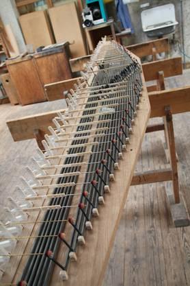 Über das Wellenbrett wird die Orgeltastatur mit den verschiedenen Pfeiffen verbunden