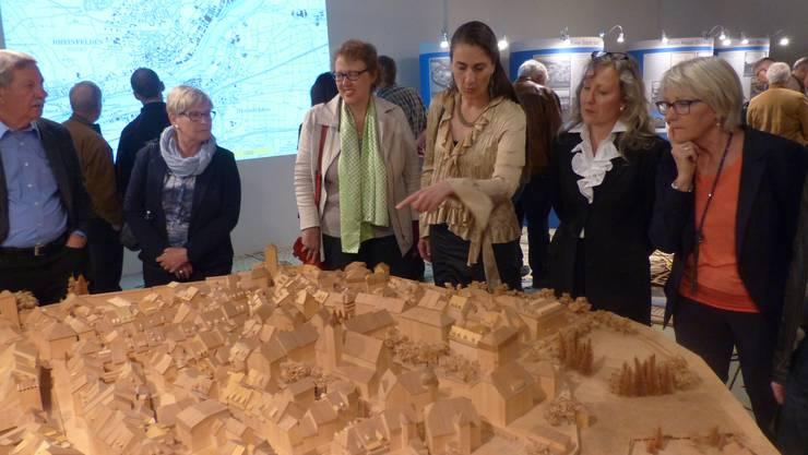 Museumsleiterin Katrin Schöb (3.von rechts) und Kuratorin Ute W.Gottschall (2. von rechts) mit Besuchern vor dem Modell der Rheinfelder Altstadt.