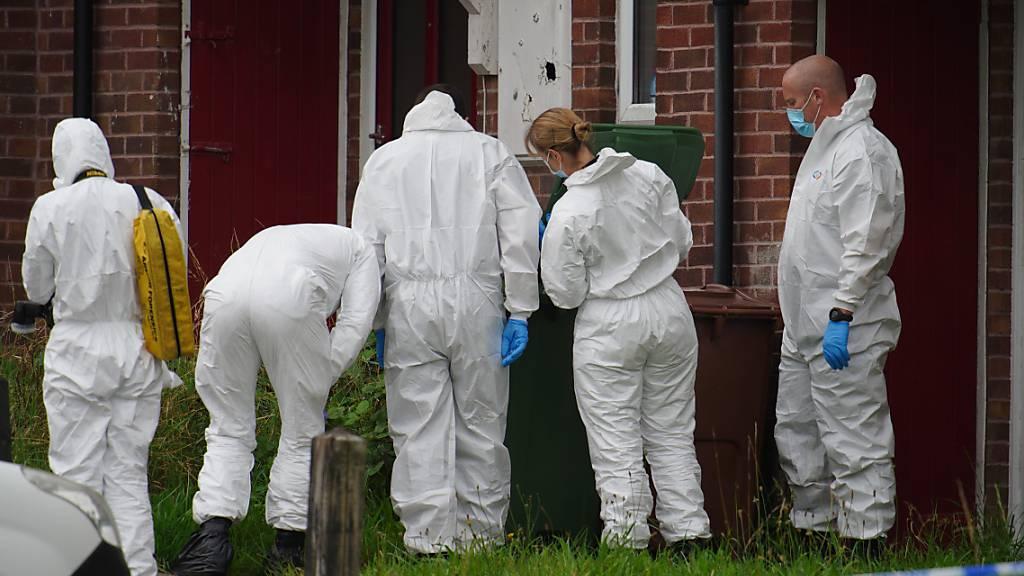 Beamten der Spurensicherung ermitteln am Einsatzort im Biddick Drive in  Plymouth. Foto: Ben Birchall/PA Wire/dpa