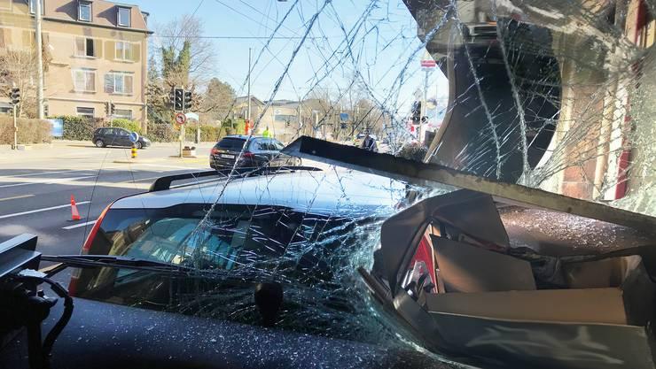 Der 57-jährige Chauffeur und eine Passagierin wurden leicht verletzt.