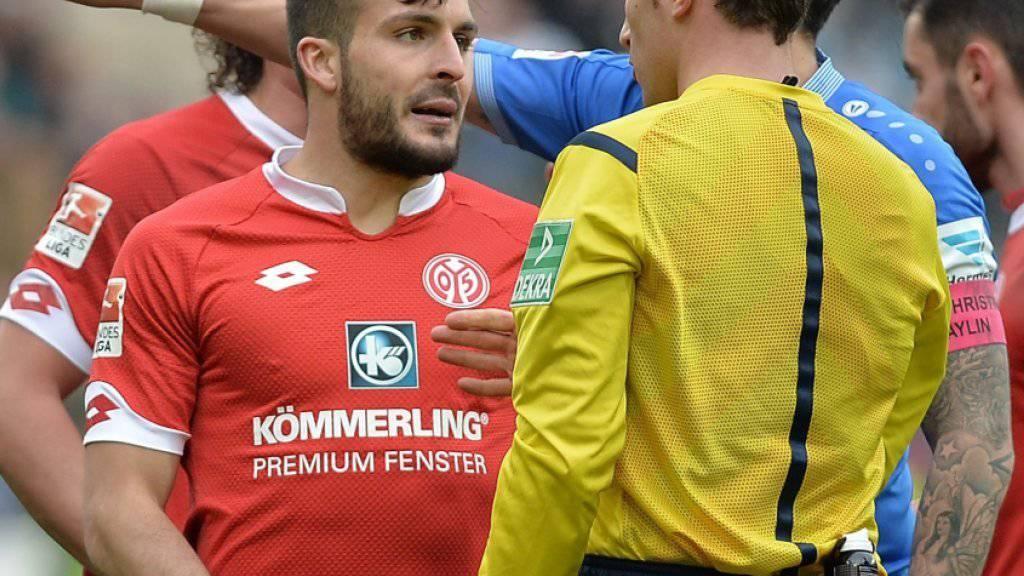 Mainz' Giulio Donati diskutiert mit dem Referee nach seinem Platzverweis