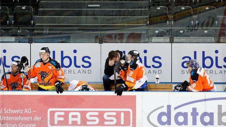 Trainer Thomas Heldner (Mitte), Tobias Landis (gebückt) und Michel Kunz mögen nicht hinsehen.