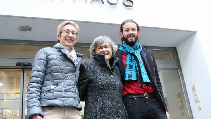 Marie-Theres Beeler (Mitte) mit der Liestaler Ortspartei-Chefin Erika Eichenberger und dem Grünen-Kantonalpräsidenten Bálint Csontos.