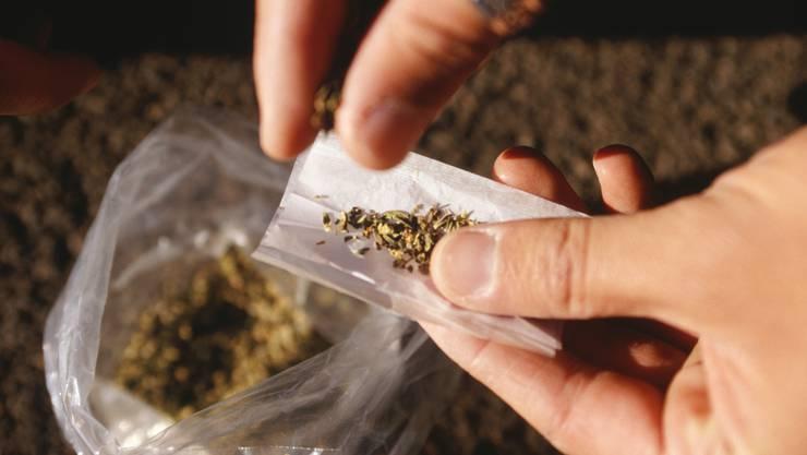 Die mutmasslichen Betäbungsmittelhändler lagerten über vier Kilogramm Marihuana in ihrer Wohnung. (Symbolbild)