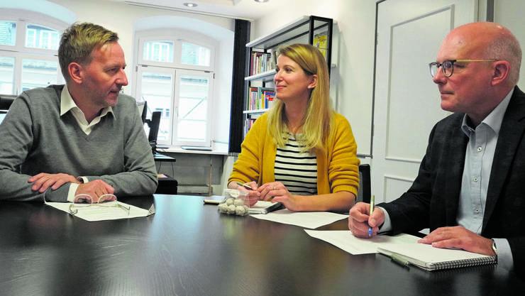 Oberbürgermeister Philipp Frank (l.) aus Waldshut-Tiengen mit Kai Oldenburg und Juliane Schlichter vom «Südkurier».