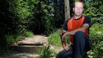 Revierförster Patrik Mosimann bei der Treppe zum Dählengraben. Diese haben Downhiller stark beschädigt. Foto: Hanspeter Bärtschi