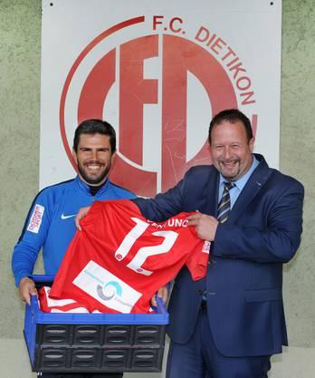Freuen sich auf die Zusammenarbeit: João Paiva, Trainer des FC Dietikon, und Peter Hüsser, Standortleiter des Ärztezentrums Limmatfeld in Dietikon.