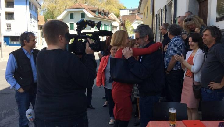 Schaffner umarmt Roberto Zanetti vor dem Volkshaus, wo die SP ihr Lager aufgeschlagen hat