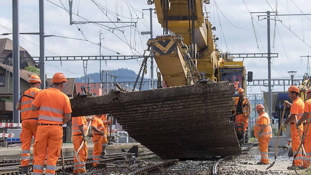 SBB-Mitarbeiter beim Schienenausbau im Bahnhof Konolfingen BE. (Archivbild)