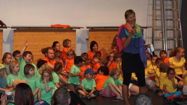 Gesamtleiterin Susanne Zimmann stellt das Villa Blau Lied vor.