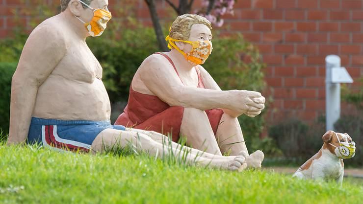 Bundeskanzlerin Merkel empfiehlt den Deutschen Alltagsmasken. (Figuren vor einem Seniorenheim in der Region Hannover)