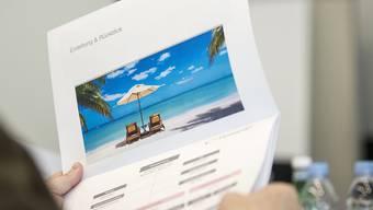 Schweizerinnen und Schweizer buchen ihre Ferien im Sommer vermehrt kurzfristig. Diesen Trend beobachtet auch die Migros-Reisetochter Hotelplan. Die Herbstferien werden dagegen nach wie vor eher im Voraus gebucht.(Archivbild)