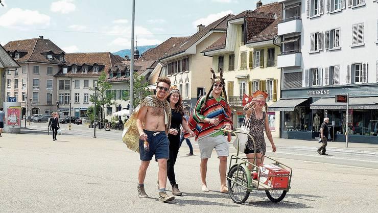 Die gute Laune kehrt in die Stadt zurück: Unterwegs zum Polterabend.
