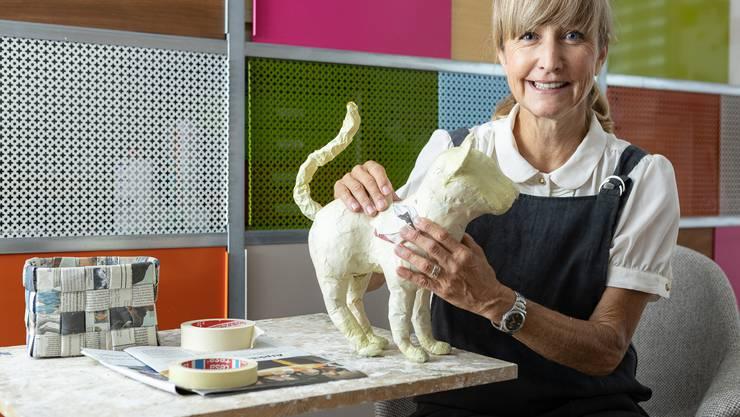 So sieht die Rohversion aus: Katrin Villinger zeigt eine angefangene Katze aus Pappmaché.