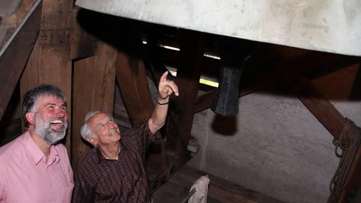Pfarrer Lutz Fischer-Lamprecht (links) und Zeitzeuge Benjamin Pfister im Glockenturm der reformierten Kirche in Wettingen