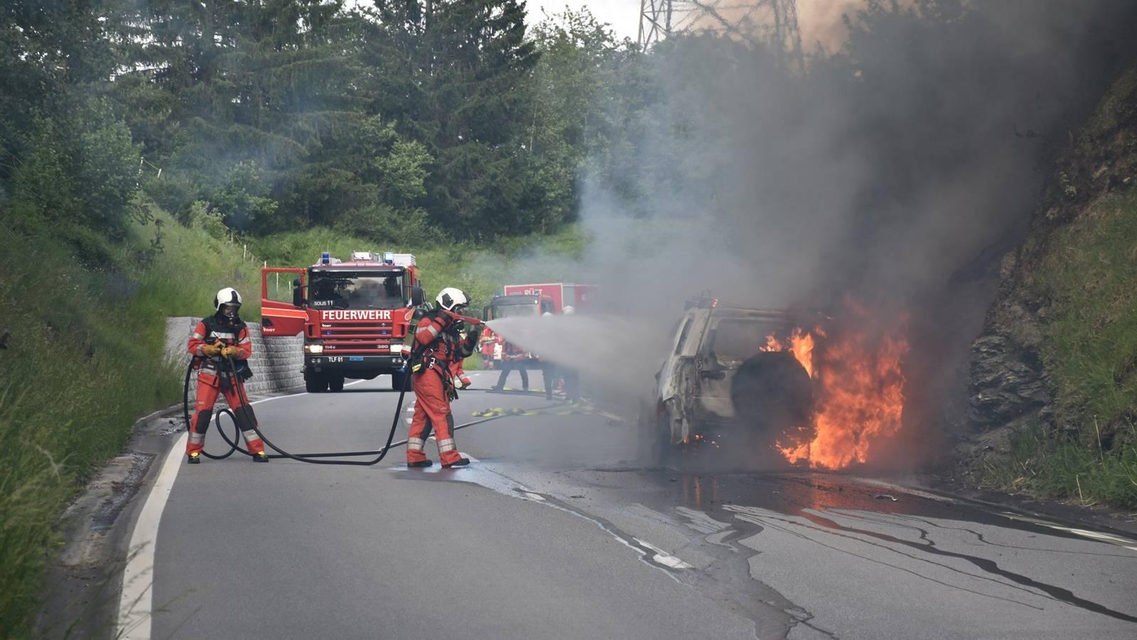 Auf der Lenzerheidstrasse ist am Freitagabend ein Auto in Flammen aufgegangen.