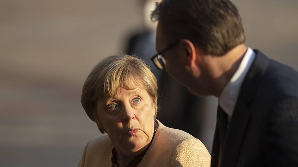 Kanzlerin Angela Merkel stellt dem serbischen Präsidenten Aleksandar Vucic die EU-Aufnahme in Aussicht. Foto: Marko Drobnjakovic/AP/dpa