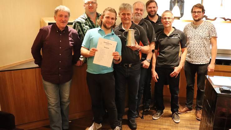 Sieger BSG Hausen (D) mit Speaker Timo Probst (rechts)