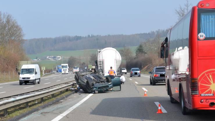 Auf dem Dach gelandet ist am Mittwoch ein Personenwagen nach der Kollision mit einem Lastwagen auf der A2 bei Arisdorf.