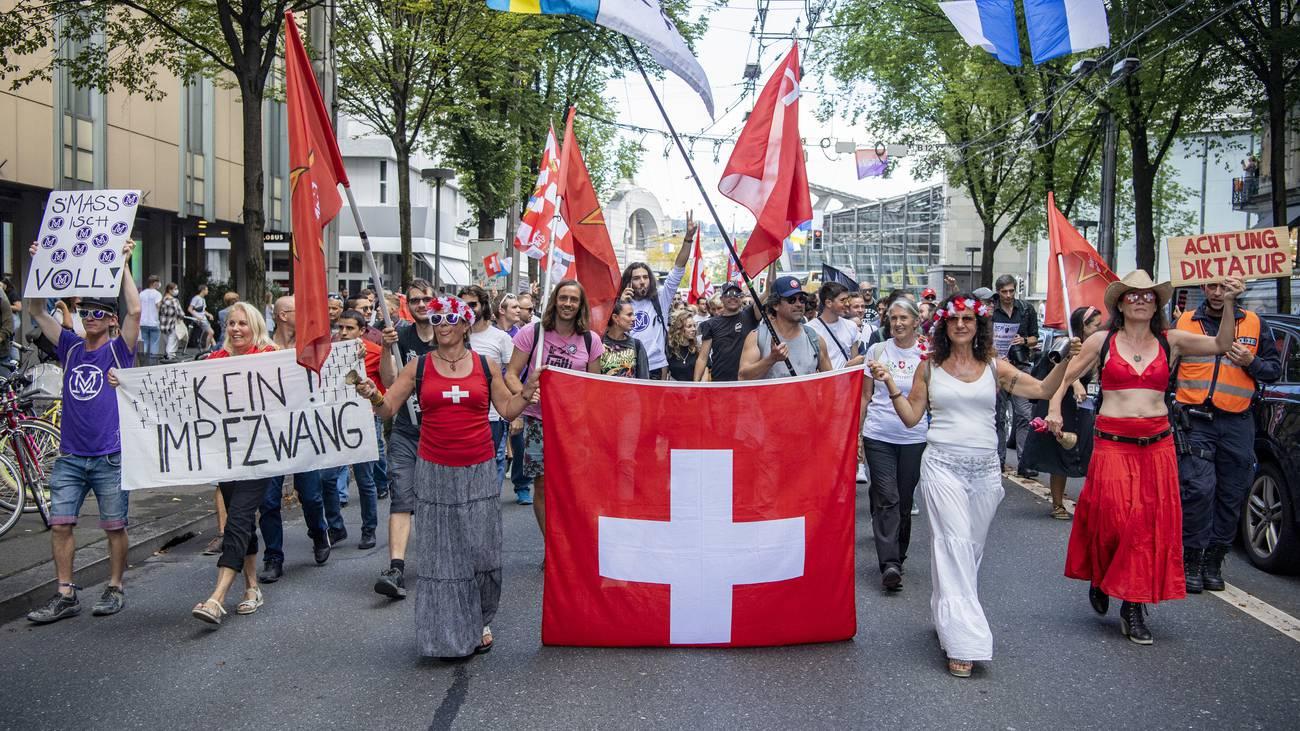 Mehrere 100 Demonstranten protestieren gegen die Corona Massnahmen in der Stadt Luzern am Samstag, 11. September 2021. (KEYSTONE/Urs Flueeler)
