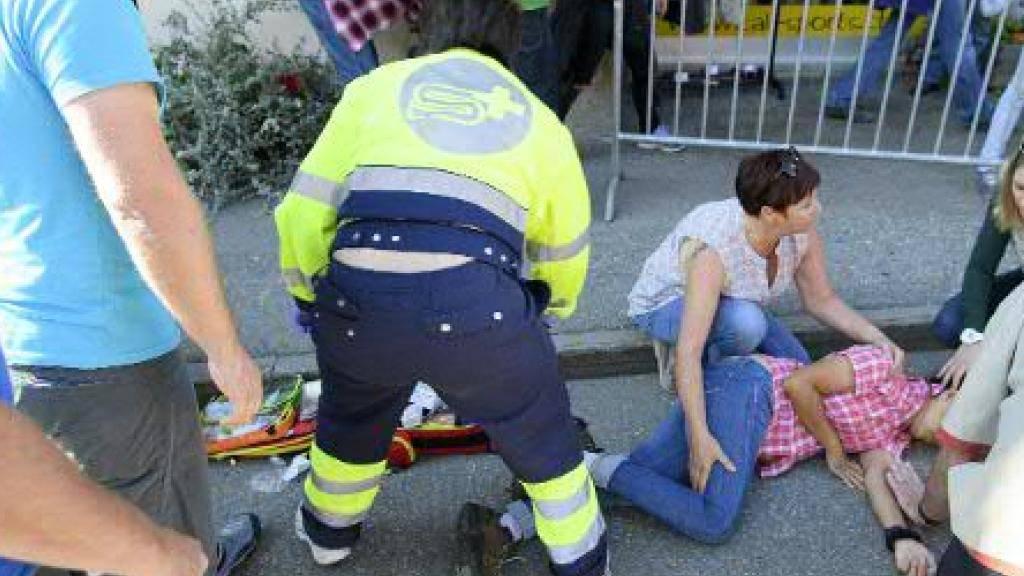 Ein durchgegangenes Pferd beim Alpabzug in Charmey verletzt mehrere Personen. Der Notfalldienst leistet erste Hilfe für die Betroffenen.
