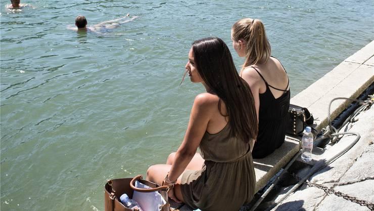 Zur Entspannung am Rheinufer gehört für viele Jugendliche das Musik hören dazu