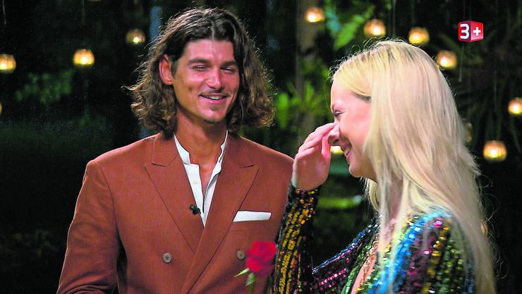 Wenn das nicht Liebe ist... Bachelor Patric gibt Julia die nächste rote Rose.