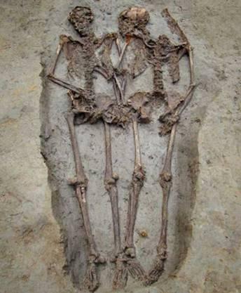 Das männliche Skelett (l.) soll ursprünglich den Kopf seiner Partnerin zugewandt haben, glauben die Archäologen.