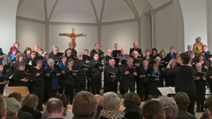 amici del canto und Kirchenchor Kestenholz im Acapella-Teil des romantischen Konzertes.
