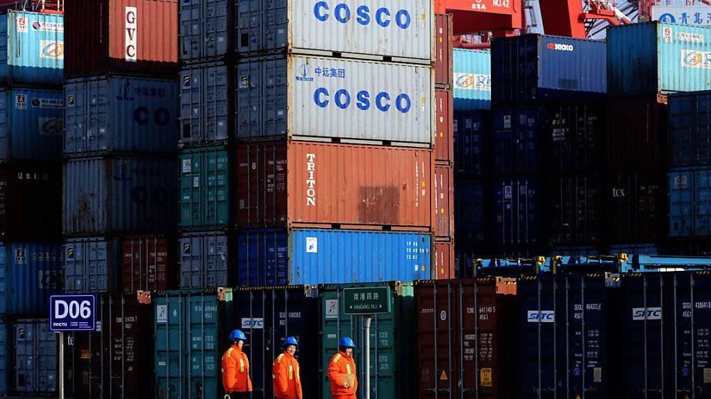 Mitarbeiter des Containerhafens in Quingdao in Ostchina: Für Schweizer Firmen sind die Aussichten für Exporte nach China sehr gut.