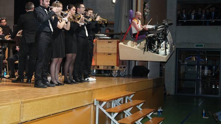 Schlagzeuger auf Schwenkbühne im Queens-Titel INNUENDO.