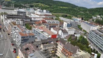 Viel Platz für Solarstrom auf den Dächern von Baden; rechts das Nordhaus mit Photovoltaikanlage.  rr