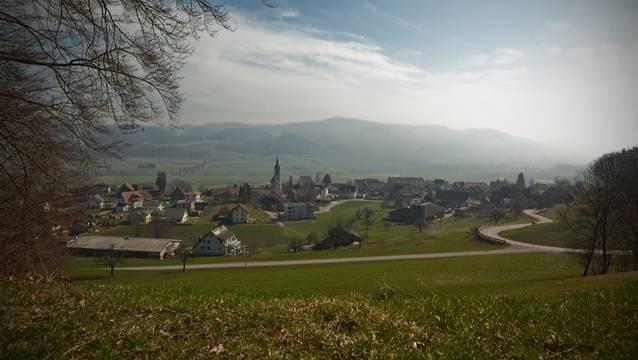 Das Dorf Reitnau, aufgenommen am 21. März von der Waldstrasse in Richtung Mosersagi.