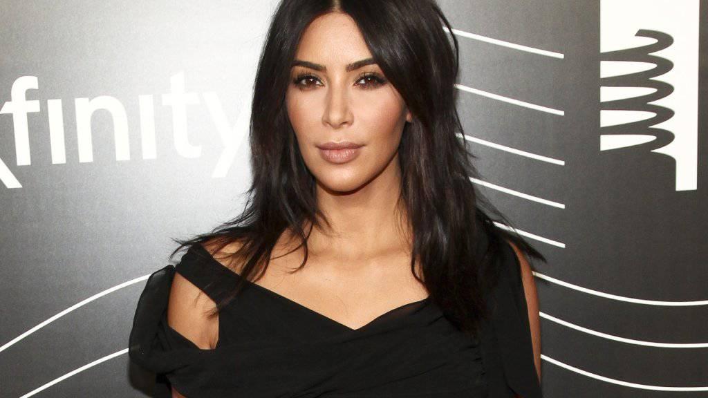 Schmuck im Millionenwert erbeuteten die Räuber beim Überfall von Kim Kardashian. Nun wurden mehrere Personen verhaftet.