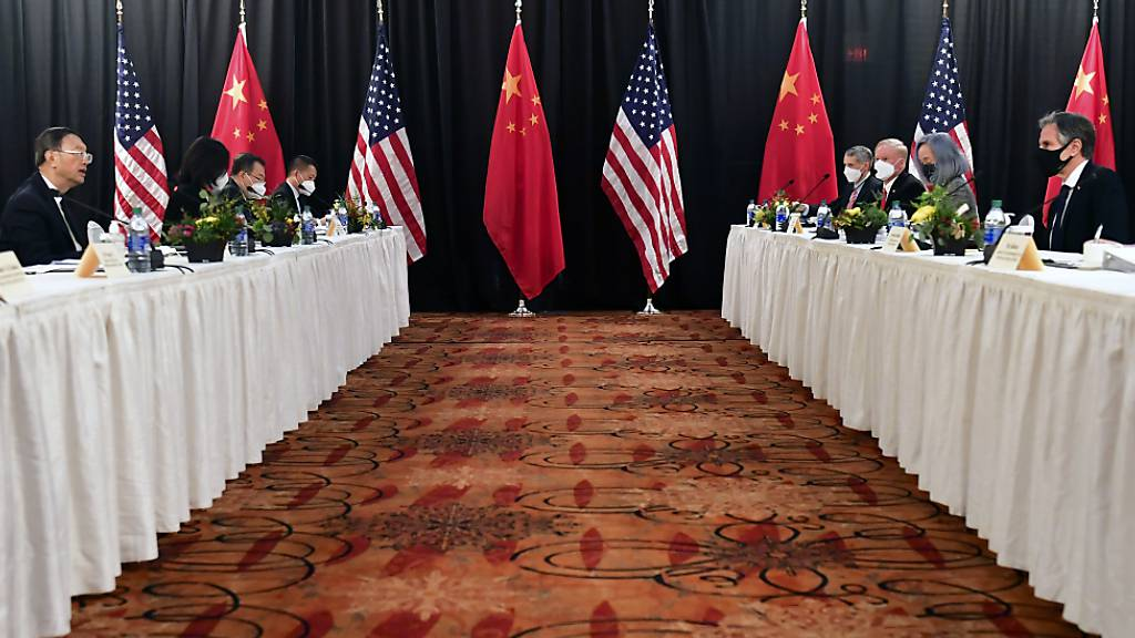 Antony Blinken (2.v.r.), Außenminister der USA, und Jake Sullivan (r), Nationaler Sicherheitsberater der USA, sitzen Yang Jiechi (2.v.l.), Außenpolitikchef der Kommunistischen Partei Chinas, und Wang Yi (l), Chinas Staatsrat, bei der Eröffnungssitzung der US-China-Gespräche im Captain Cook Hotel in Anchorage gegenüber. Foto: Frederic J. Brown/AP/dpa