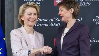 Bundespräsidentin Simonetta Sommaruga trifft Kommissions-Chefin Ursula von der Leyen am WEF 2020.