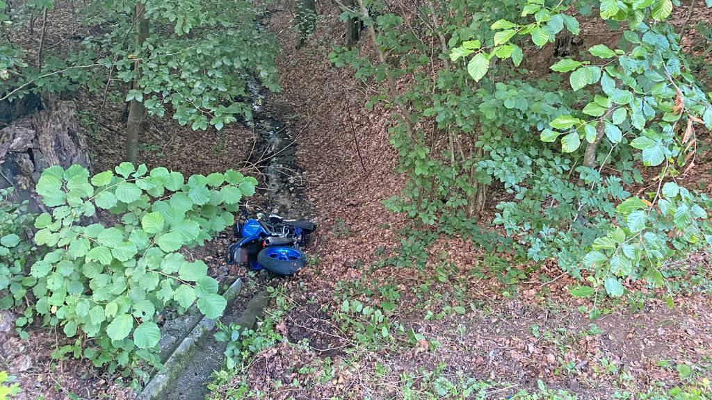 Der 64-Jährige Töfffahrer kam erst im angrenzenden Waldstück zum Stillstand.