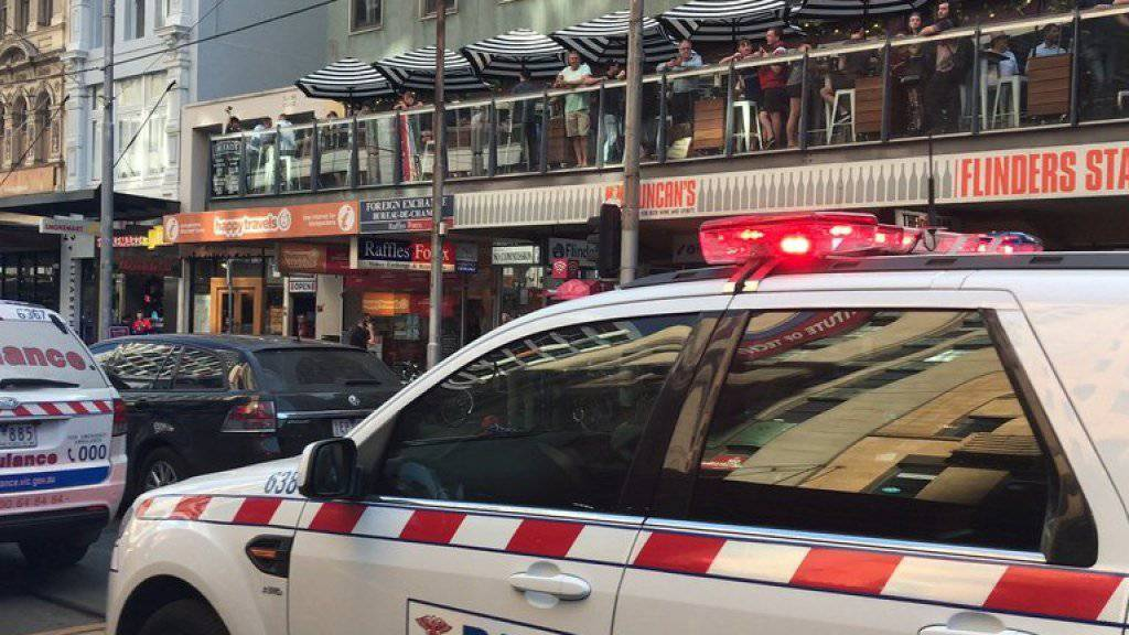 Rettungsfahrzeuge nahe des Ortes, wo ein Autofahrer in eine Gruppe von Fussgängern gerast ist und dabei mehrere Menschen verletzt hat. In Melbourne waren im Januar dieses Jahres bei einem ähnlichen Vorfall vier Menschen ums Leben gekommen und mehr als 20 verletzt worden.
